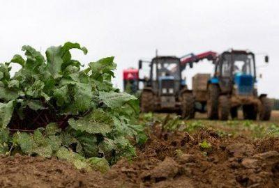 Afbeelding van landbouwmachines op een akker.